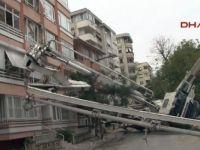 İstanbul'da bir binanın üzerine vinç devrildi